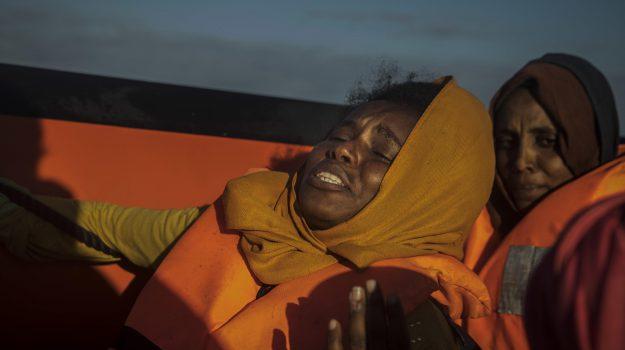 In acqua per non tornare in Libia: salvati 90 migranti, pure una neonata, nuovi sbarchi a Trapani e Pozzallo