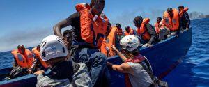 Barcone con 95 migranti soccorso al largo di Lampedusa, ma nell'hotspot dell'isola non c'è posto