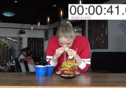 """Inseguiva un primato Nela Zisser, che nella vita vuole fare la modella. Nonostante la sua magrezza evidente, ha ingurgitato un hamburger chiamato """"proteinasauro"""" pieno di ogni ben di Dio e che in totale fa 4000 calorie.Lo ha divorato in meno di 5 minuti, un tempo incredibile, al Tucks & Bao restaurant di Auckland, New Zealand."""