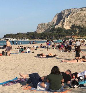 Folla a Mondello e alla Favorità per il 25 aprile, traffico in uscita da Palermo
