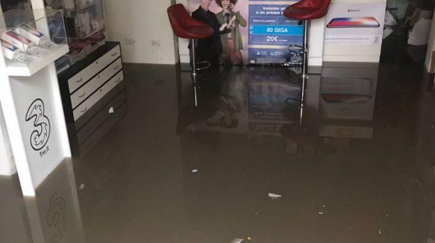 Un negozio allagato a Caltanissetta dopo il violento temporale (foto da Seguonews.it)