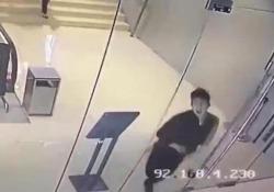 La scena ripresa in un centro commerciale asiatico. La porta è andata in frantumi