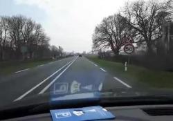 Sulla strada provinciale N357 del villaggio frisone di Jelsum, nei Paesi Bassi, è stato posato un asfalto molto speciale