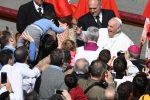 Ottantamila fedeli in piazza San Pietro per la Messa di Pasqua, il Papa: Dio sorprende