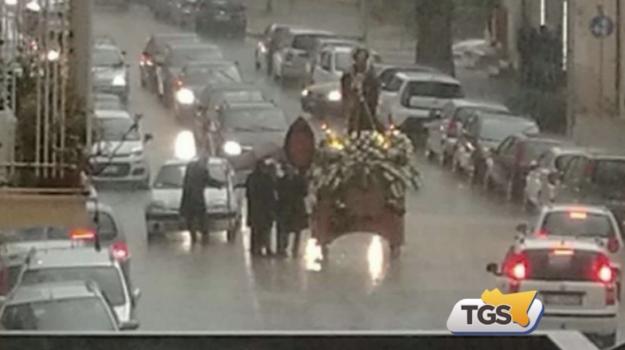 Ad Alcamo pioggia sulla processione