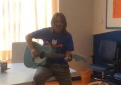 L'ex frontman dei Genesis intona «Another day in Paradise»: terrà un concerto benefico a ottobre