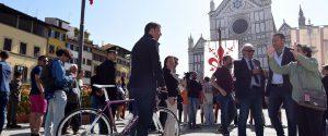 """Pd-M5s, Renzi sonda la piazza a Firenze: """"Vorreste un governo con i grillini?"""""""