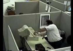 Era il 1997: YouTube e i social non esistevano. Eppure la clip di questo uomo che distrugge il Pc in ufficio fece il giro del mondo. Ecco come