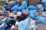 La guerra dei rifiuti a Gela, non si fermano gli incendi