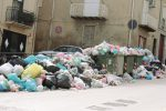 Rogo di un cumulo di rifiuti in pieno centro a Canicattì, raccolta ferma da 10 giorni