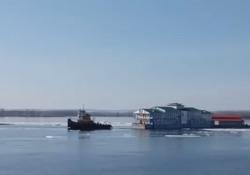 È successo nella città russa di Samara: il ristorante galleggiante si è staccato dall'attracco ed è andato alla deriva sul fiume Volga