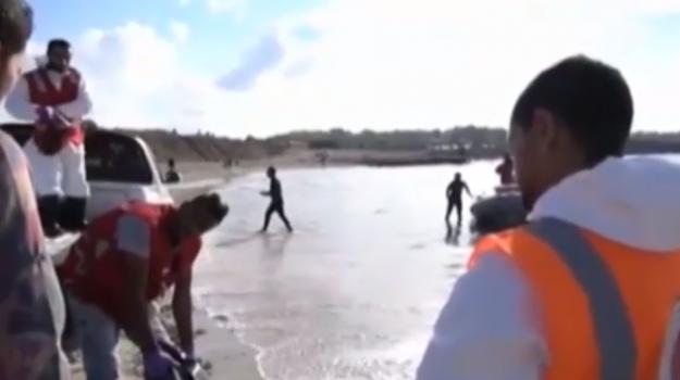 Migranti, riprendono gli sbarchi: prime vittime al largo della Libia