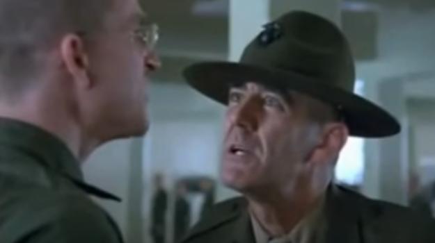 Una scena del Discorso iniziale del sergente Hartman (R. Lee Ermey) in