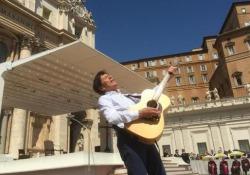 Il fuoriprogramma sul palco di Piazza San Pietro