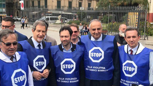 """""""Stop alla violenza"""", a Palermo sit-in contro le aggressioni ai medici"""