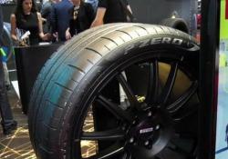 Il presidente della Pirelli presenta a Ginevra il Cyber Car, il sistema per il primo equipaggiamento che, grazie ad un sensore, fa interagire pneumatico e vettura. La nuova tecnologia, già in sperimentazione, sarà sul mercato entro la fine dell'anno su modelli elettrici e tradizionali.