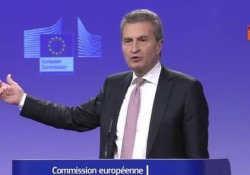 Il commissario europeo al Bilancio Oettinger in conferenza stampa