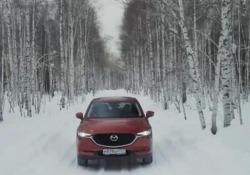 Una corsa sul lago ghiacciatocon la Mazda CX-5 AWD in Siberia