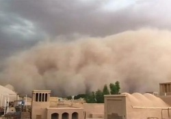 Un muro di sabbia ha investito la città di Yazd, in Iran