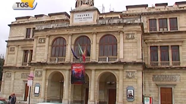 Tagli della Regione ai teatri, già annullati i primi spettacoli