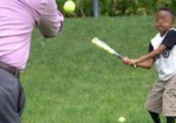 Dopo una serie di operazioni, il bimbo ha ripreso anche a giocare a baseball
