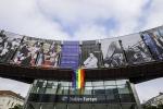 La bandiera arcobaleno esposta davanti al Parlamento europeo - fonte: PE