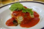 Un piatto con pomodoro e mozzarella