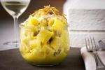 Pasta carbonara uova e un calice di vino (foto Eggs)