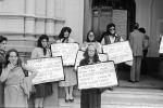 All'ingresso della chiesa Valdese, manifestanti con il capo coperto da un fazzoletto nero,  esibiscono cartelli con i nomi di donne, morte a causa di aborti clandestini, a difesa della legge 194 - Roma, 10 maggio 1981