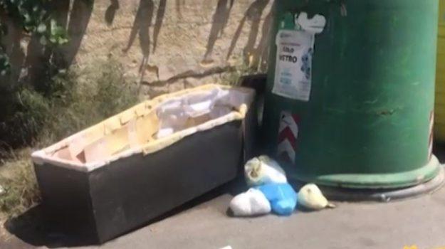 Discariche abusive a Palermo, tra i rifiuti anche una... bara