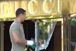 Smart sfonda la vetrina del negozio Gucci a Palermo
