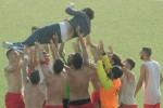 Il tecnico dell'Igea Virtus Peppe Raffaele festeggiato dalla squadra dopo la vittoria (Foto di Raffaella Ascione)