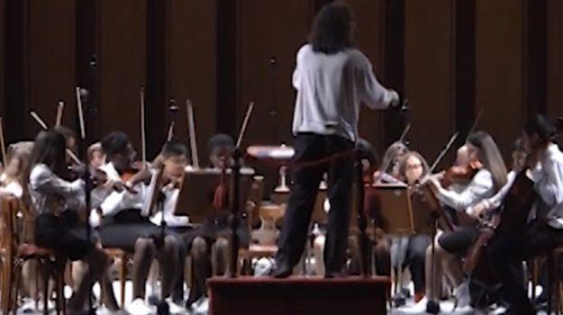 Orchestra 4 Canti, ragazzi sul palco si esibiscono a Palermo