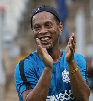 L'ultima stravaganza di Ronaldinho: il fuoriclasse si sposa con... due donne