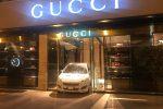 Palermo, la vetrina di Gucci sfondata con una Smart per rapinare il negozio: le foto