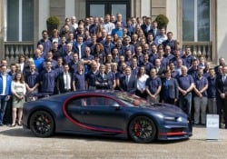 CEO Winkelmann e collaboratori Bugatti orgogliosi della Chiron Numero 100