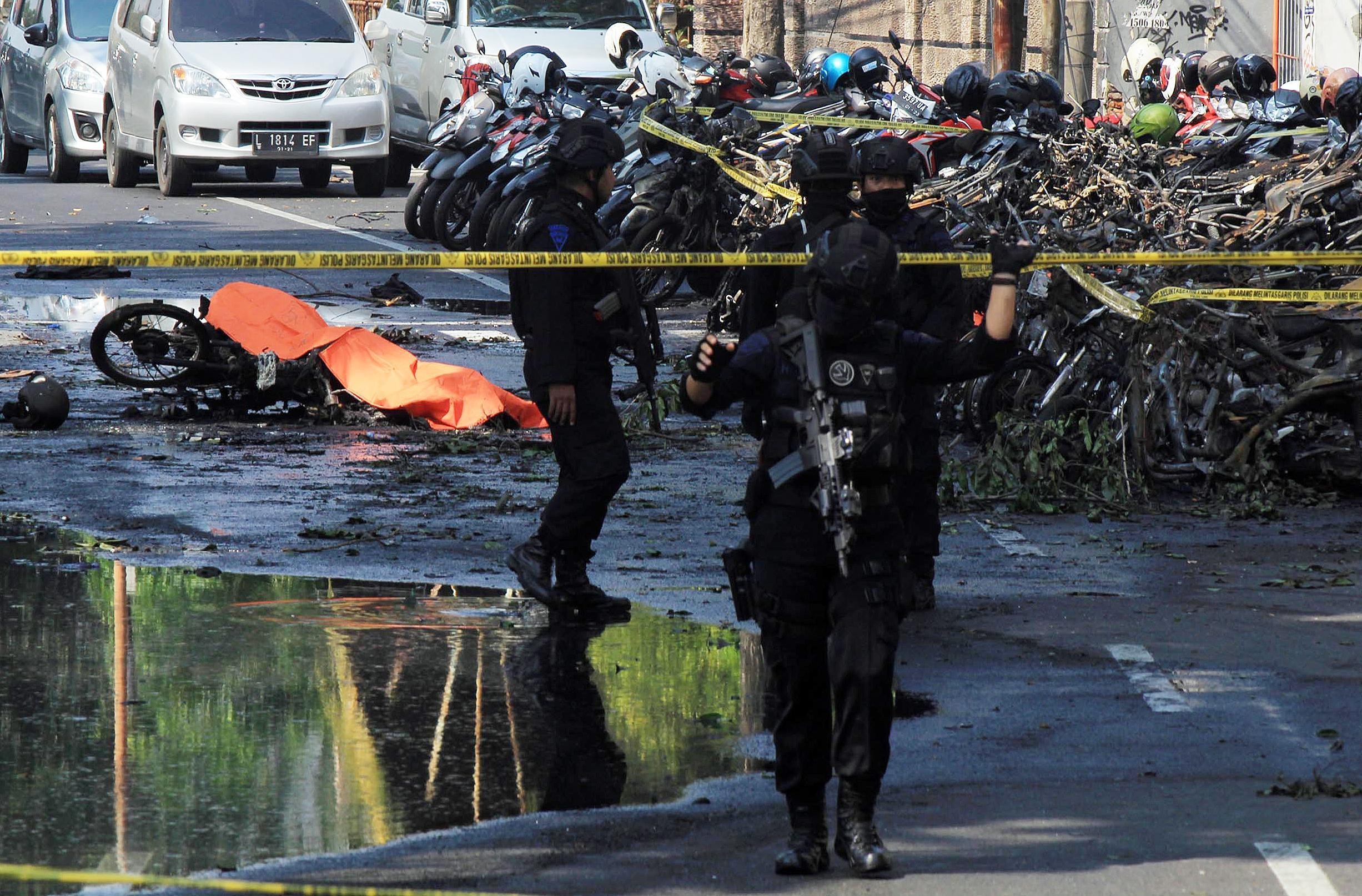 Triplice attentato in chiese indonesiane, 8 morti