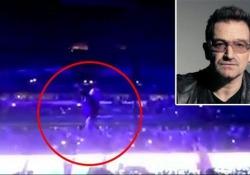 Il leader degli U2 non si è accorto che dietro di lui c'era il vuoto ed è caduto dal palco di Chicago