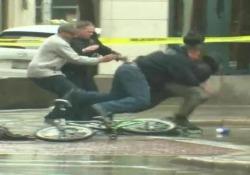 È accaduto lunedì a Milwaukee, negli Usa. Steso dalla polizia, l'uomo è stato arrestato