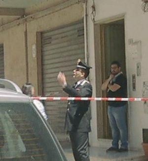 L'intervento dei carabinieri nella palazzina di via Fermi, dove è stato registrato il ferimento a Pozzallo