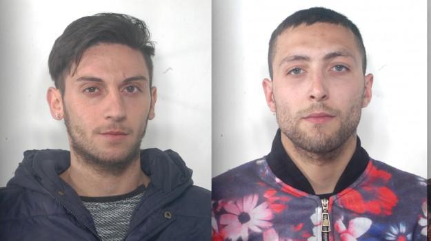 Furto a un distributore di una scuola, tre giovani arrestati a Caltanissetta
