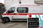 Foto tratta dal profilo Facebook 'Nessuno tocchi Ippocrate' che mostra l'ambulanza che trasportava  un paziente in codice rosso con il vetro rotto da un passante che ha utilizzato un paletto di ferro