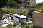 Erbacce e rifiuti abbandonati, le foto della discarica abusiva a Noto