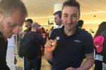 Elia Viviani assaggia un cannolo al suo arrivo all'aeroporto di Catania