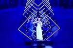 Un uomo sale sul palco e impedisce per qualche secondo a SuRie di cantare: portato via dalla sicurezza