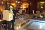 Dario Franceschini, ministro uscente dei Beni culturali, posta una foto su Twitter mentre libera il suo ufficio