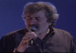 Un estratto del live del cantautore a Firenze, anno 1997. Guccini canta Cirano : «Le verità cercate per terra, da maiali, tenetevi le ghiande, lasciatemi le ali; tornate a casa nani, levatevi davanti, per la mia rabbia enorme mi servono giganti»