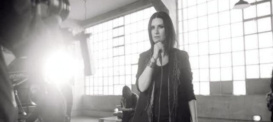 Frasi A Meta Il Backstage Inedito Del Video Del Brano Di Laura