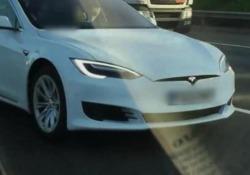 Lascia il volante della sua Tesla Model S e si accomoda, in corsa, sul sedile del passeggero: condannato