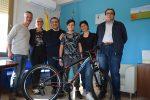 Cammina e vince una bicicletta: premiato un giovane 12enne di Petrosino